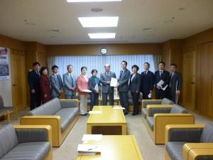 松原区長に要望書提出する区議団。右端は幸田副区長。